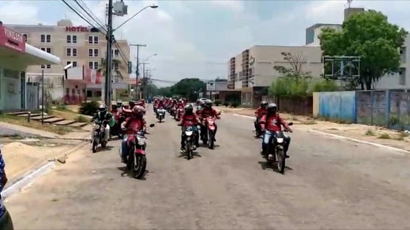 Entregadores por aplicativo percorrem avenidas de Palmas em homenagem a colega que morreu em acidente