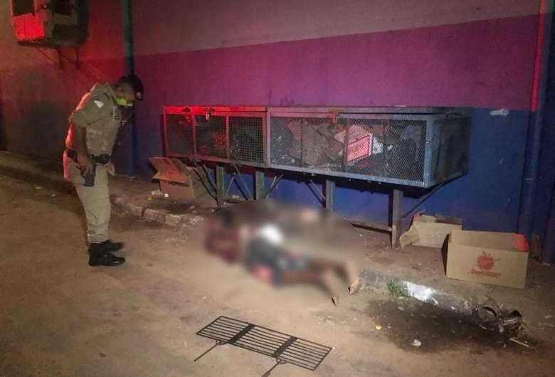 Homem ataca caminhoneiros com faca e é rendido e amarrado por populares, em Araguaína