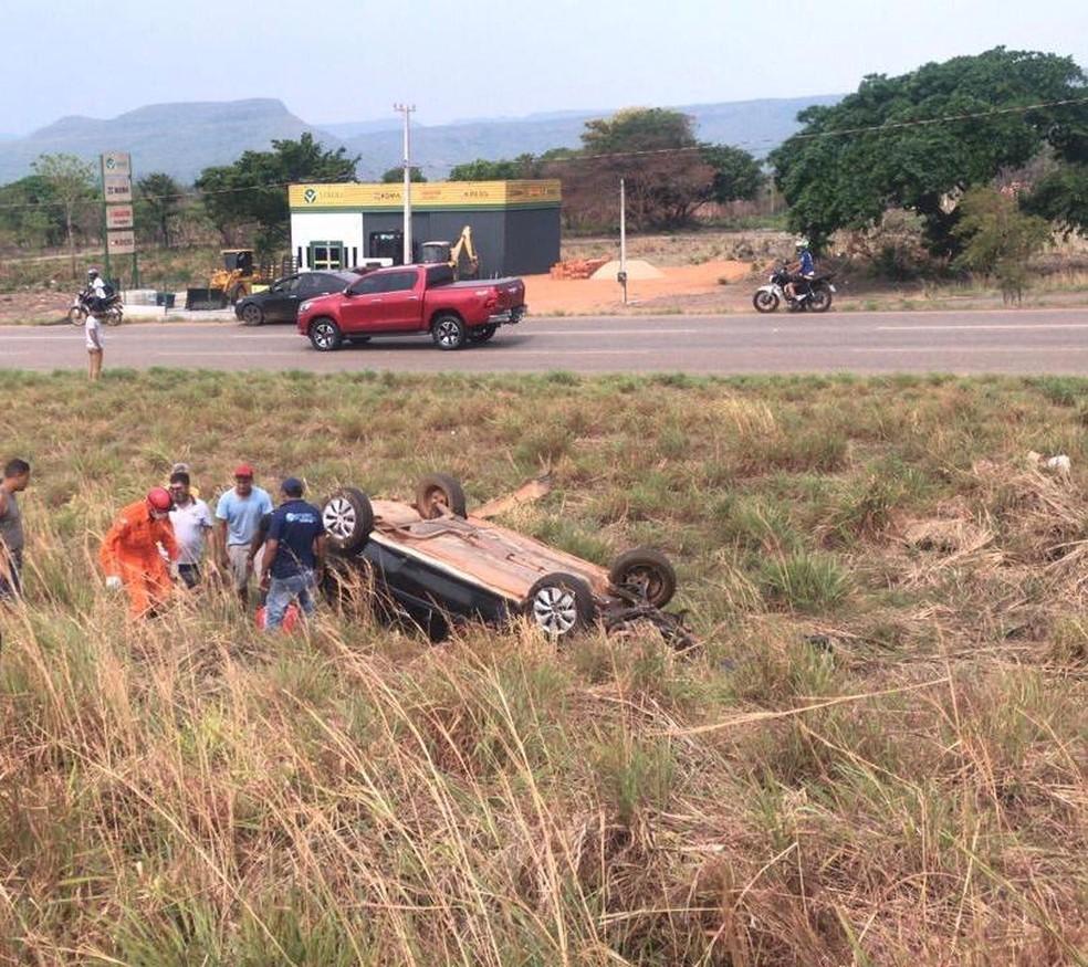 Motorista fica preso após carro capotar em Palmas