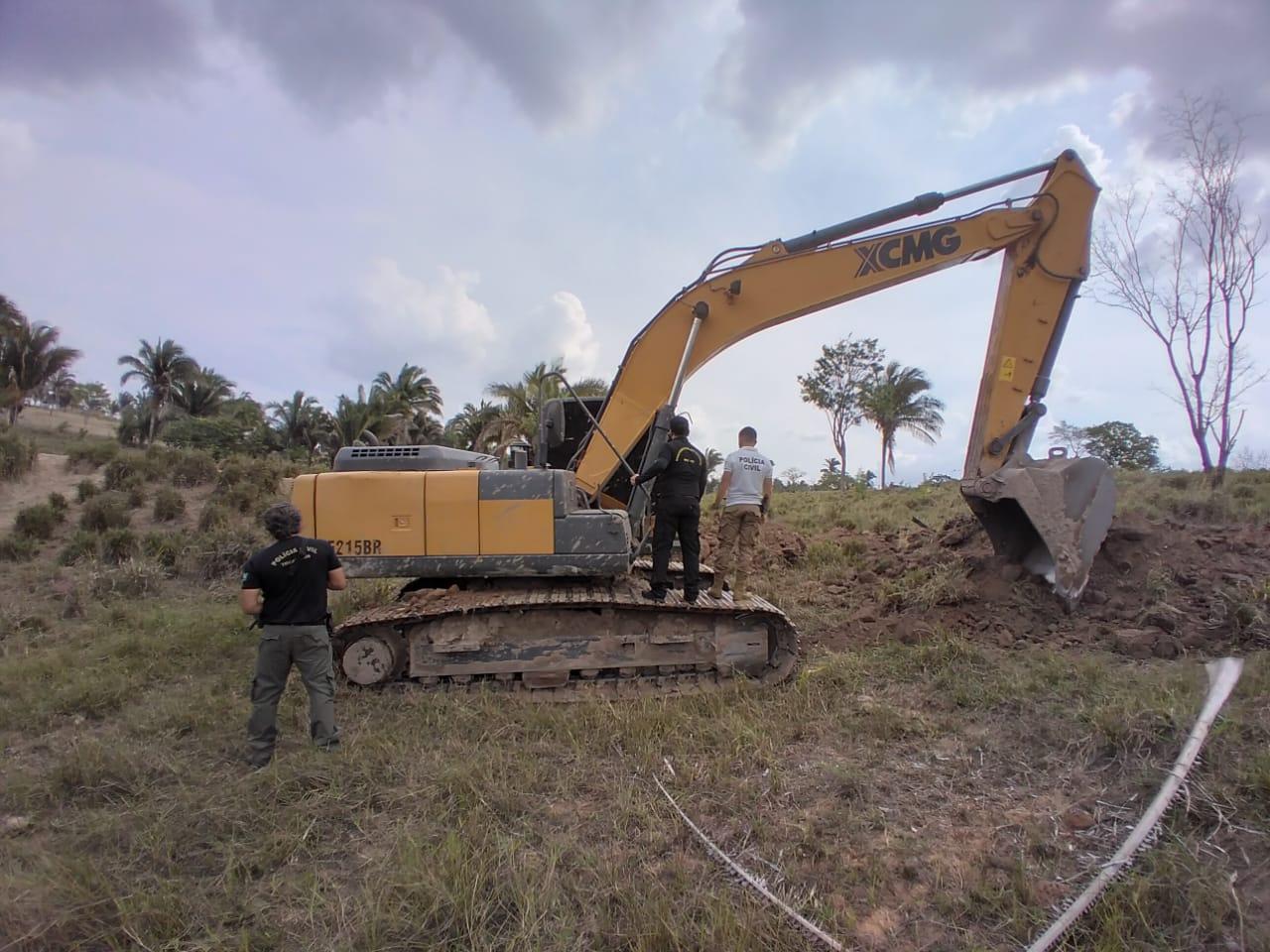 MPE e Polícia Civil flagram uso de retroescavadeira do município de Augustinópolis em propriedade particular