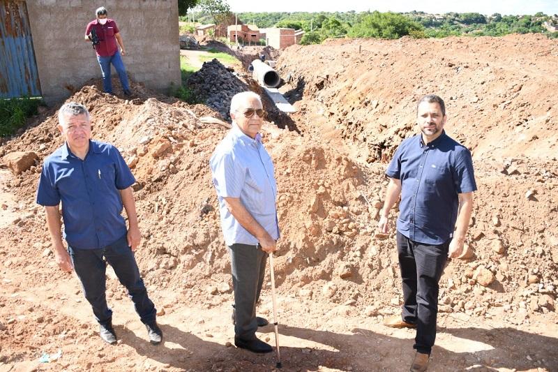Avelino confere andamento de obras de infraestrutura e pavimentação em Paraíso