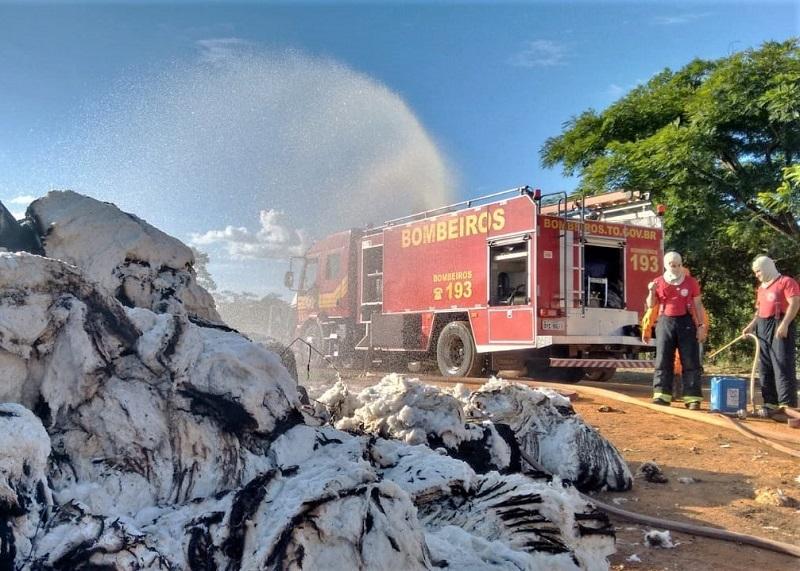 Bombeiros militares combatem fogo em carga de algodão na TO-020, em Palmas