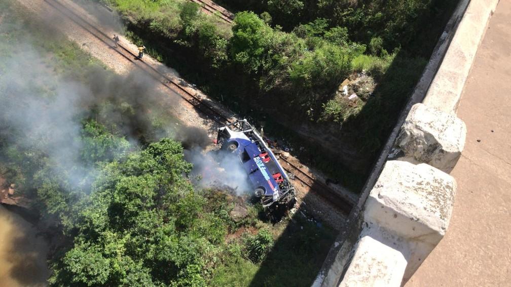 Ônibus cai de viaduto na BR-381, em João Monlevade-MG