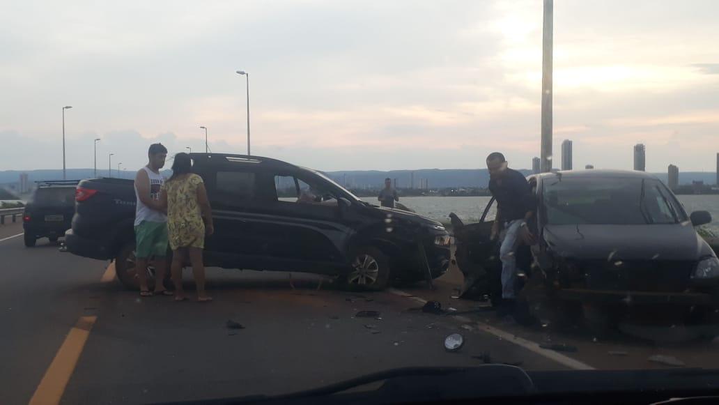 Colisão entre veículos atrapalha trânsito em ponte sobre lago de Palmas