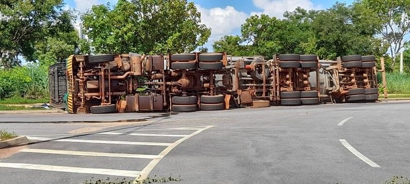 Caminhão-tanque carregado de combustível tomba em rotatória de Palmas