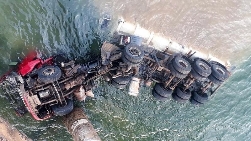 Motorista morre após caminhão cair de ponte com mais de 53 metros de altura no Paraná