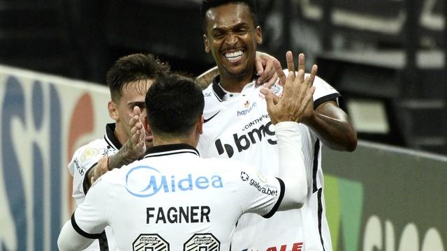 Corinthians goleia o Fluminense e entra na briga por vaga na Libertadores