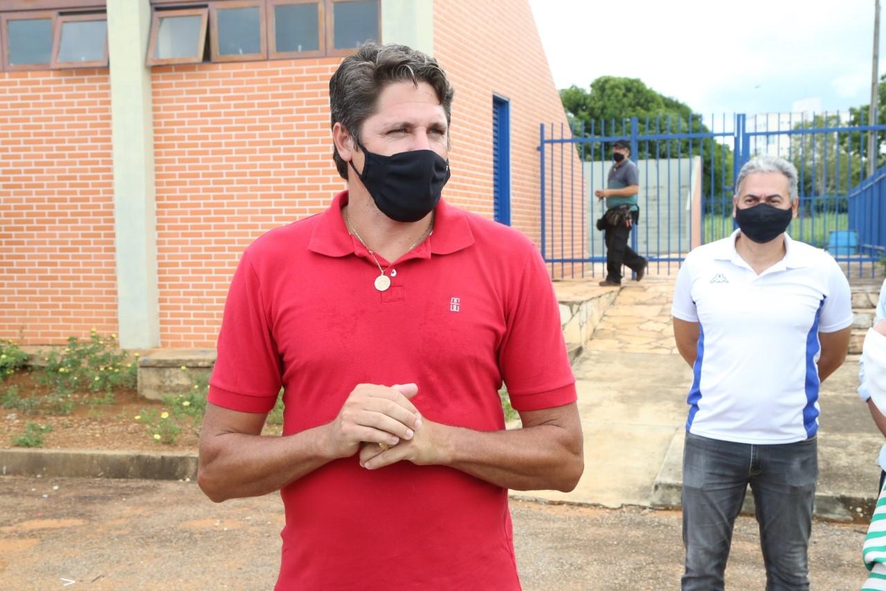 Pentacampeão de futebol Edmílson Moraes visita escolas estaduais e articula execução de projetos esportivos
