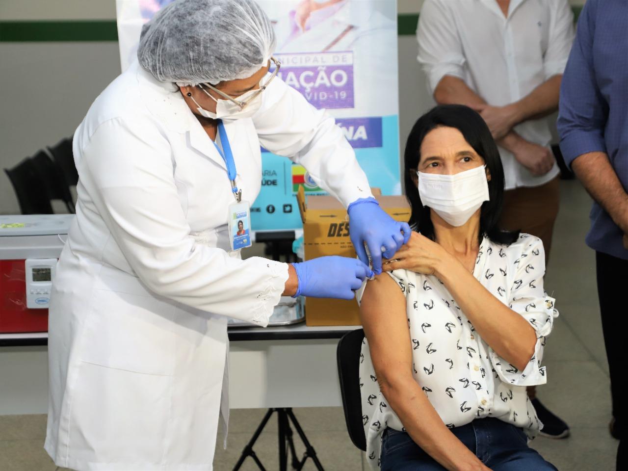 Técnica em enfermagem é primeira a receber dose da vacina contra covid em Araguaína