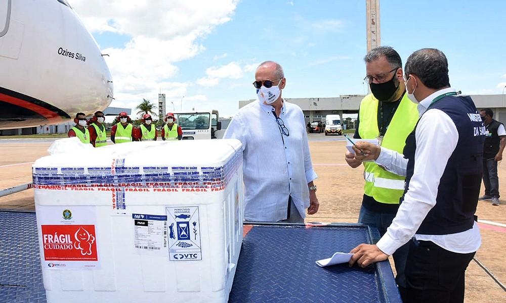 Lote com 11.500 doses de vacinas da Oxford chega ao Tocantins