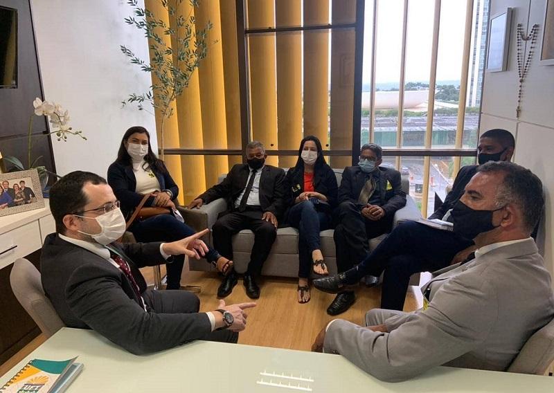 Prefeito, vice e vereadores de Nova Rosalândia apresentam demandas à deputada Dulce Miranda, em Brasília