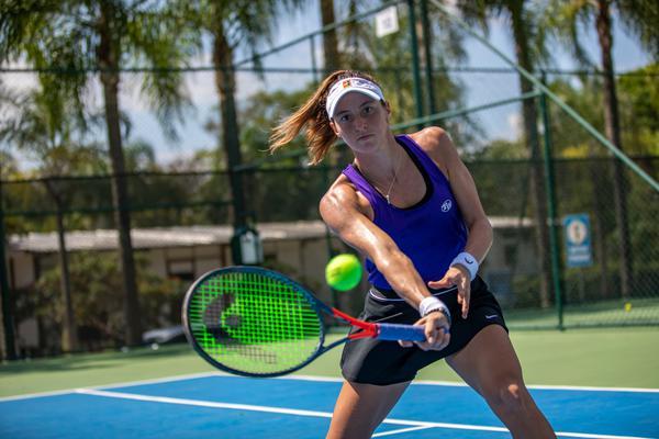 Luisa Stefani busca vaga na final do WTA 500 de Adelaide, na Austrália, nesta sexta-feira