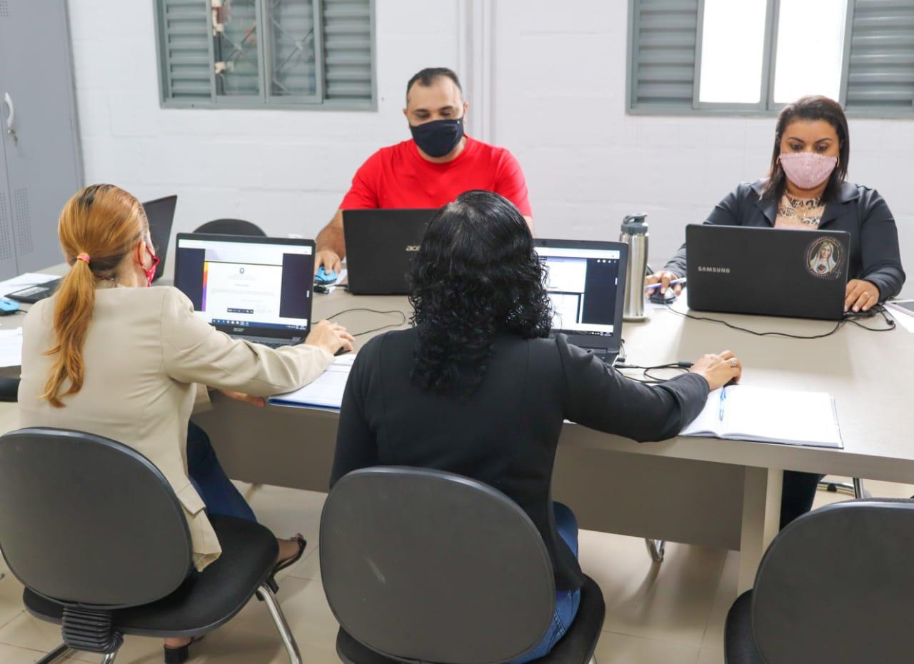 Comissão analisa currículos de candidatos ao cargo de professor temporário em Gurupi