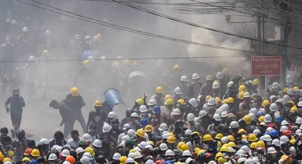 Vários manifestantes são baleados durante protesto em Mianmar