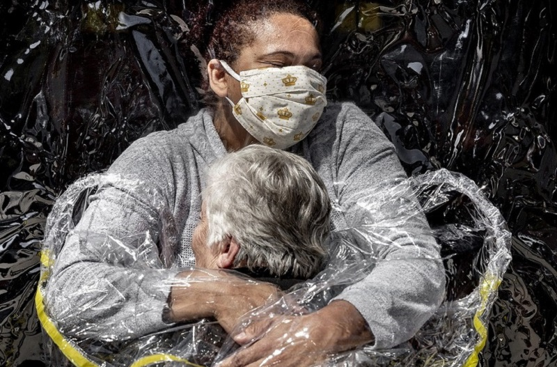 Foto de abraço entre cuidadora e idosa brasileiras vence prêmio internacional