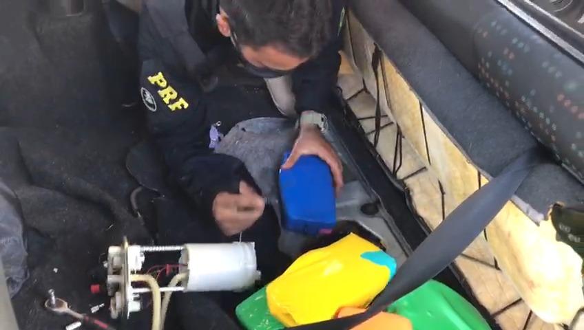 PRF apreende 9 kg de crack escondidos no tanque de combustível de veículo em Guaraí