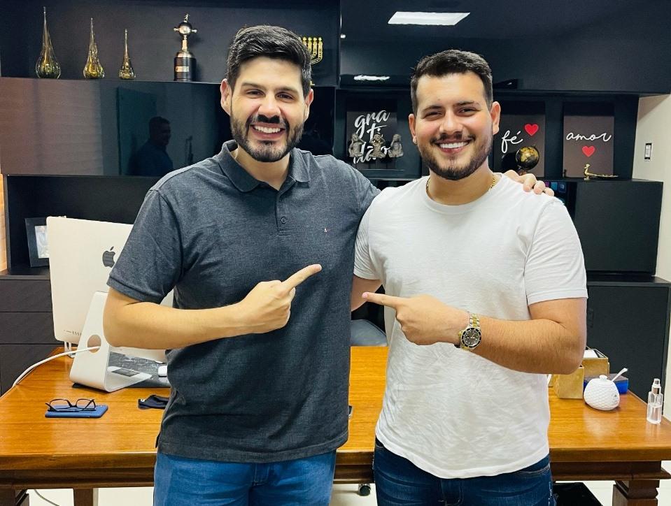 Cantor tocantinense, Zé Ottávio assina contrato com Alex Monteiro