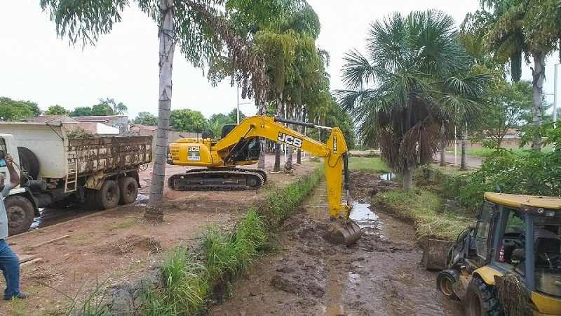 Prefeitura realiza desassoreamento de córrego Mutuca em Gurupi