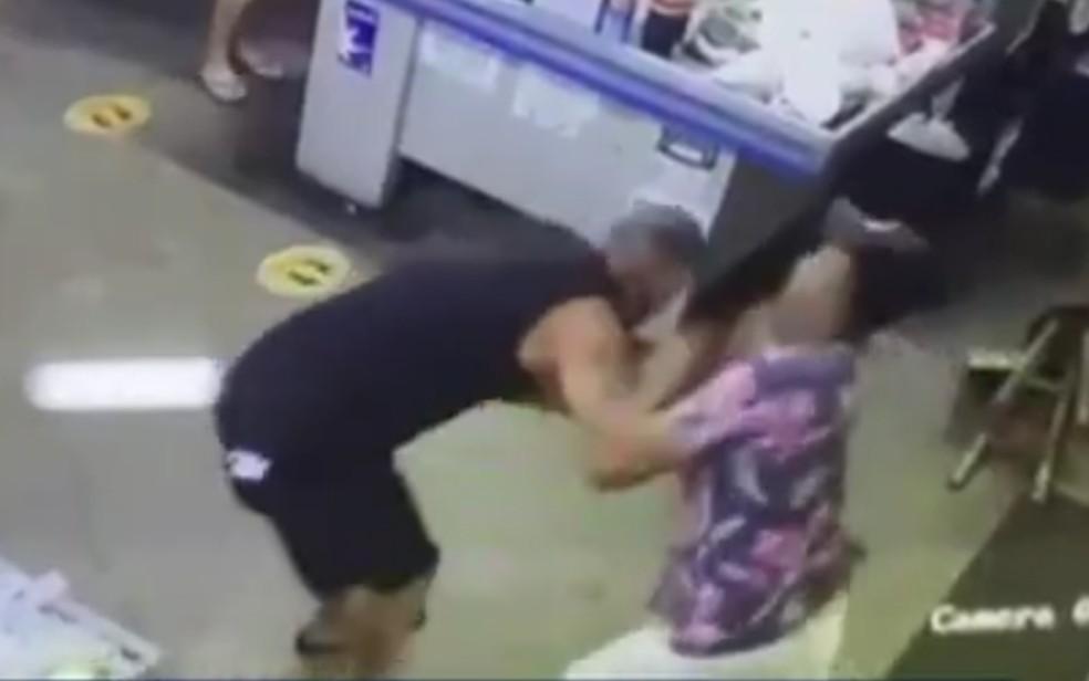 Homem mata cliente de supermercado a facadas e diz ter confundido a vítima, em Catalão-GO