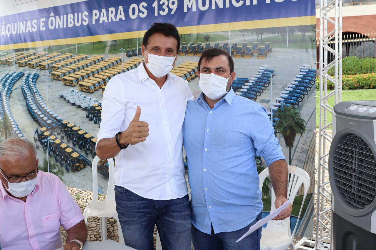 Nilton Franco acompanha entrega de tratores realizada pela Seagro aos municípios da sua base