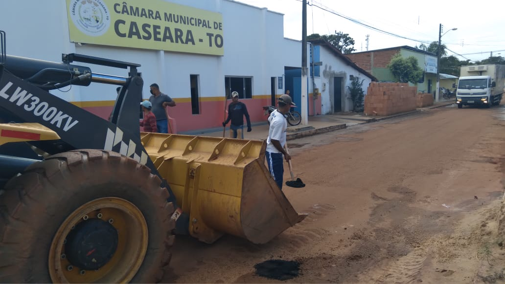 Prefeitura de Caseara inicia operação tapa-buracos após adquirir 100 toneladas de material asfáltico