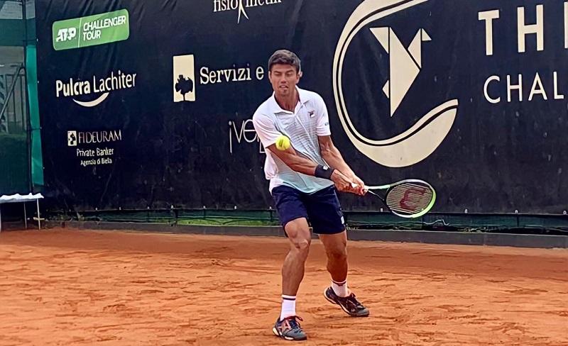 João Menezes vence mais uma e joga quartas de final de simples e duplas, na Itália