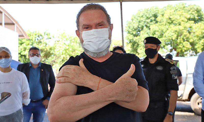 Governador Carlesse recebe 1ª dose da vacina contra Covid-19 em Palmas