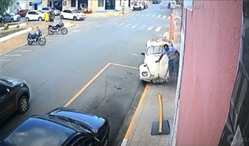 Assista: vítima de atropelamento foge correndo após ser prensado por fusca em SP
