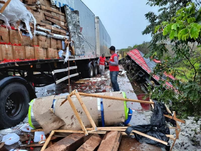 Acidente envolvendo carretas deixa trânsito lento na BR-153 entre Araguaína e Wanderlândia