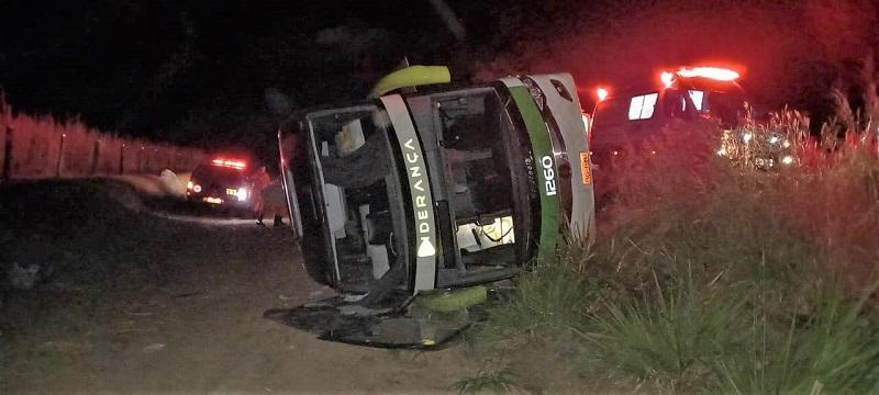 Ônibus tomba na TO-070, passageiro fica preso e bombeiros militares são acionados para o resgate