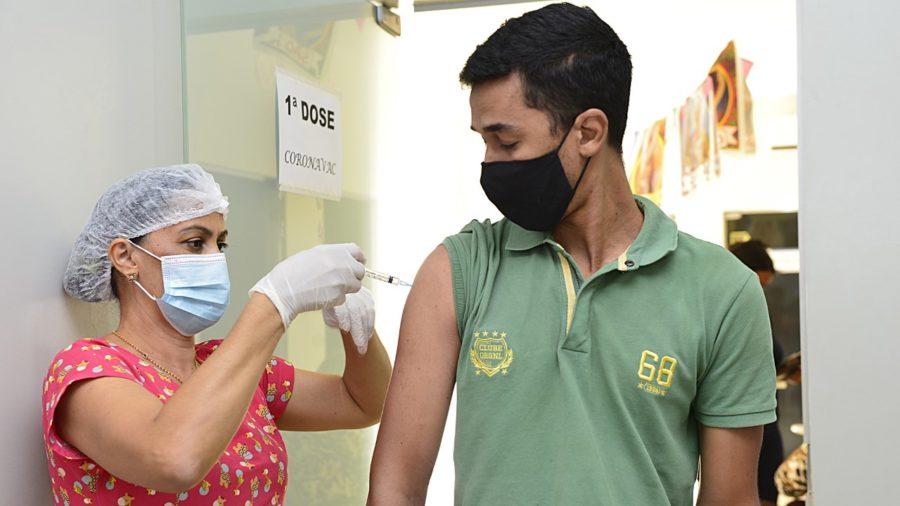 Na Capital, população acima de 35 anos e sem comorbidade começa a ser imunizada contra a Covid-19
