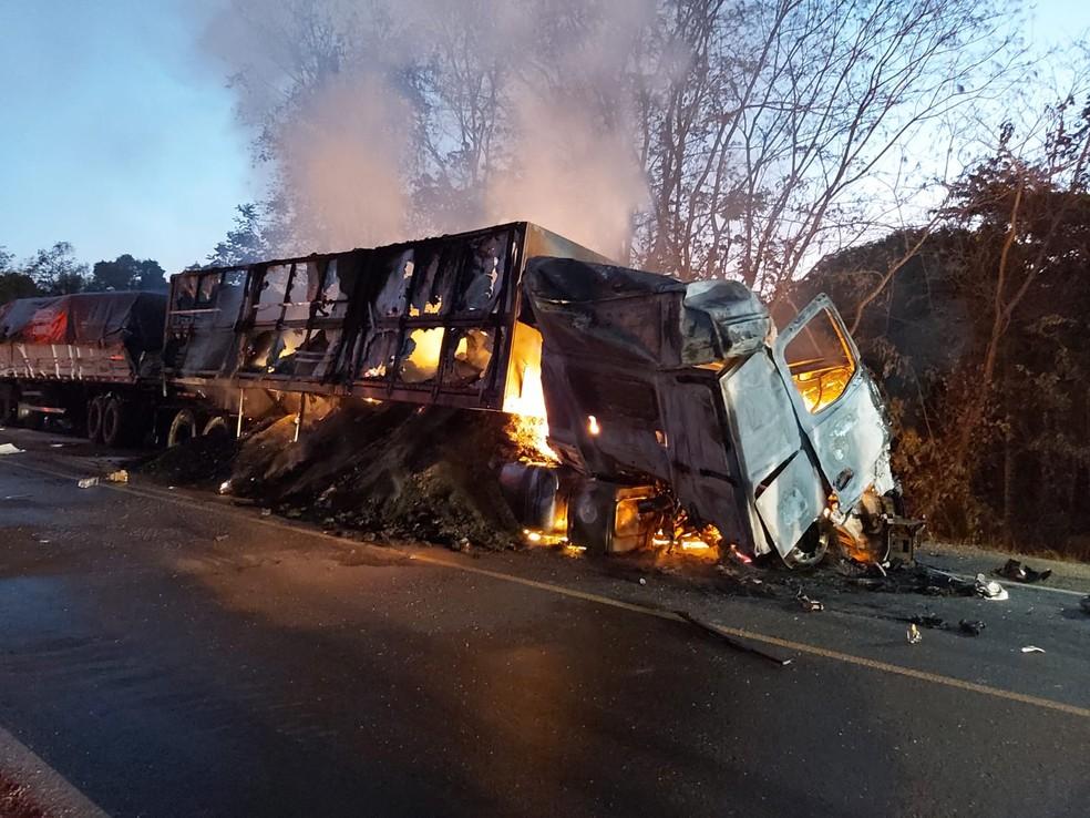 Motorista de caminhão morre carbonizado após batida com cinco veículos na BR-153