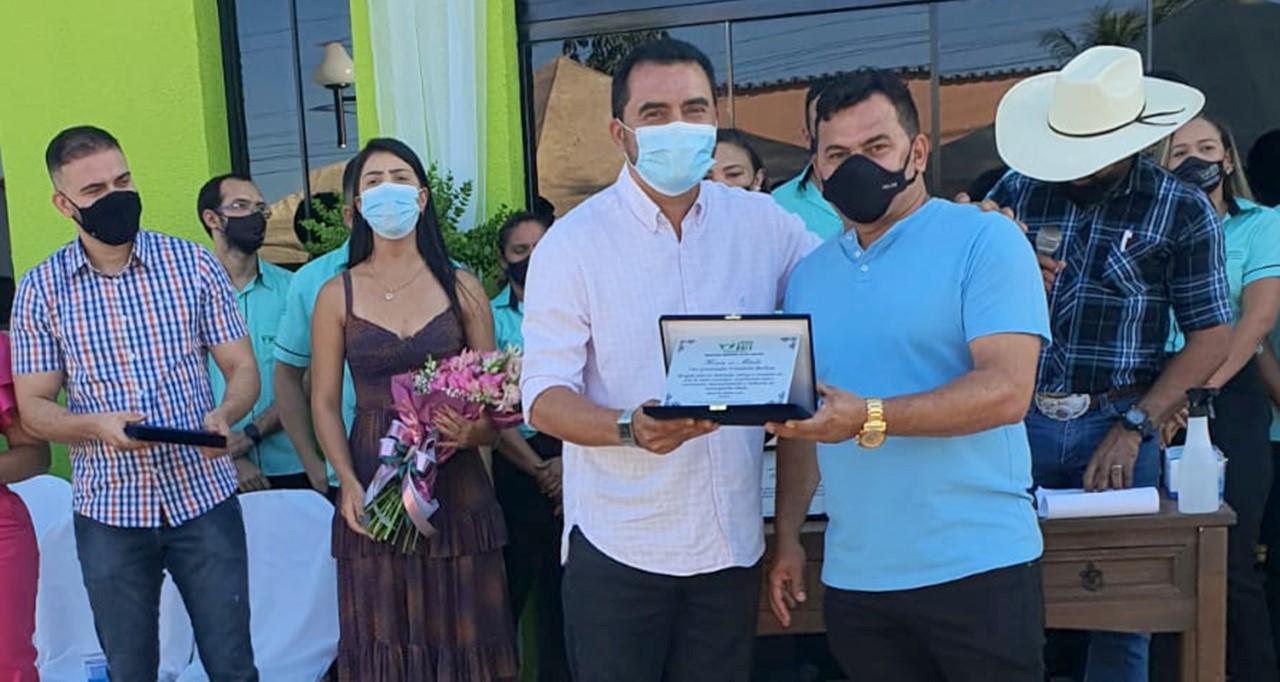 Prefeito de Rio dos Bois entrega placa homenageando vice-governador do Tocantins