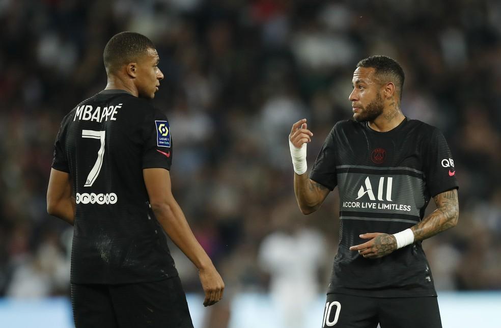 """TV flagra suposta reclamação de Mbappé contra Neymar: """"Não dá o passe para mim"""""""