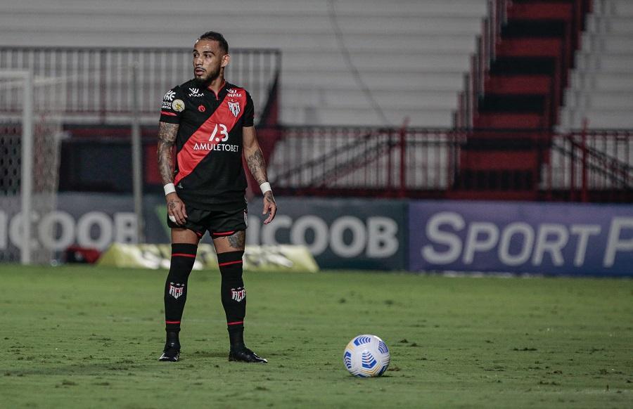 """Feliz no Atlético Goianiense, Natanael pede foco dobrado em """"duelo mais do que especial"""" pela Série A"""