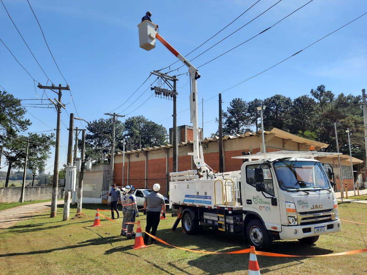 Enel distribuição São Paulo apresenta o primeiro caminhão elétrico com cesto aéreo