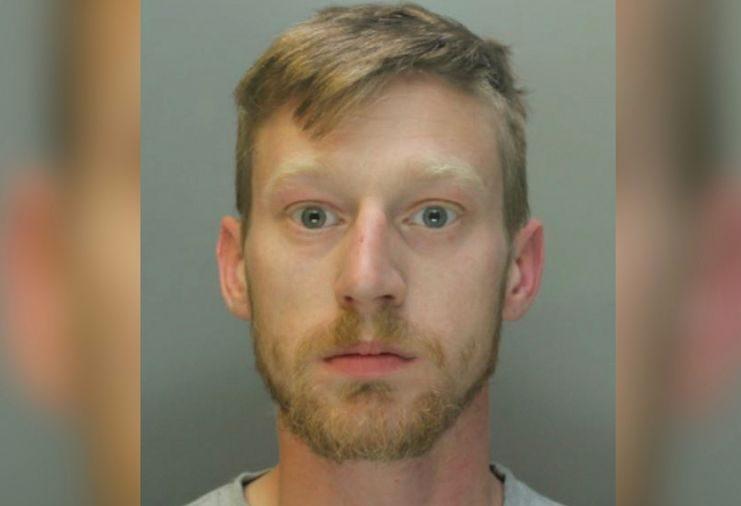 """Homem escreve """"Pai Pedófilo"""" em seu orgão genital e diz a mulher policial que quer abusar de suas filhas"""