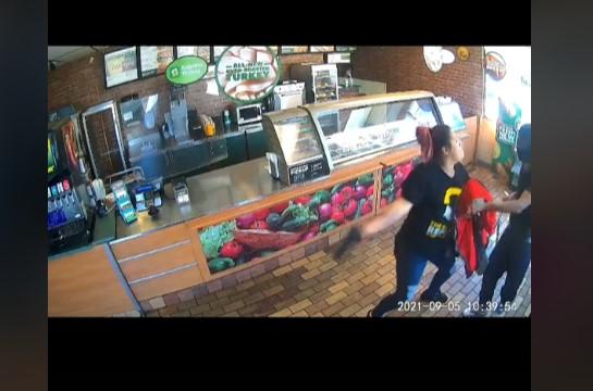 Funcionária do Subway luta contra meliante armado, impede assalto na lanchonete e acaba demitida