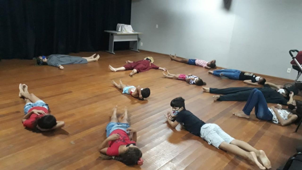 Grupo Um Ponto Dois realiza aulas de improvisação para crianças do setor Morada do Sol