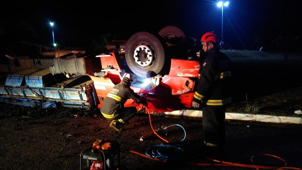 Caminhoneiro morre após veículo capotar em rotatória de Miracema-TO