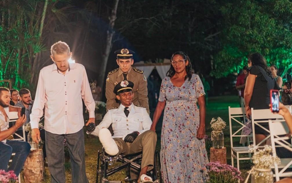 Noivo é atropelado horas antes do casamento e sobe ao altar em cadeira de rodas em Araguaína