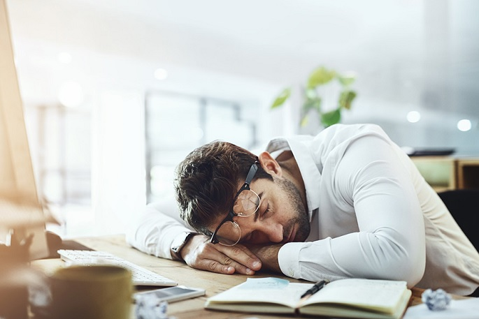 Vontade de dormir em qualquer hora, lugar e situação? Isso pode ser um problema