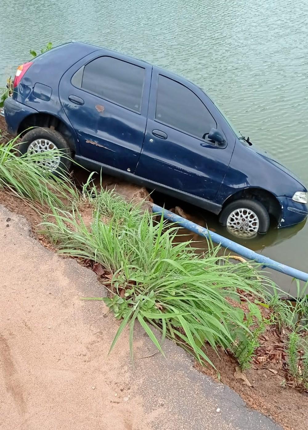 Carro bate em poste e cai em represa em Gurupi
