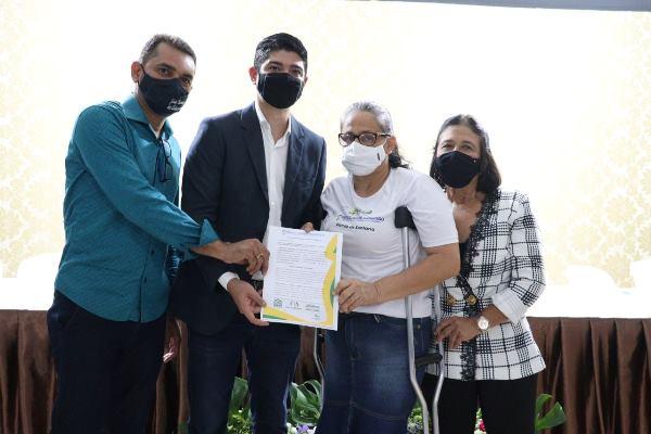 Vereadores de Paraíso participam de entrega de títulos de propriedade a moradores do bairro Santana