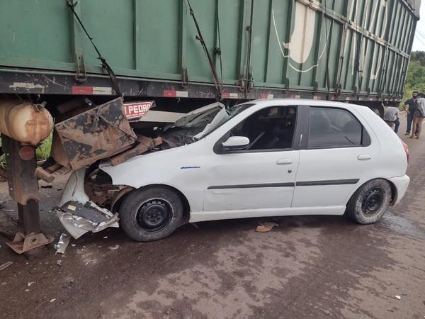 Motorista perde controle do carro e vai parar debaixo de semirreboque na BR-153 em Araguaína