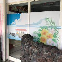 沖縄居酒屋さんの入り口ドアの窓ガラスシール