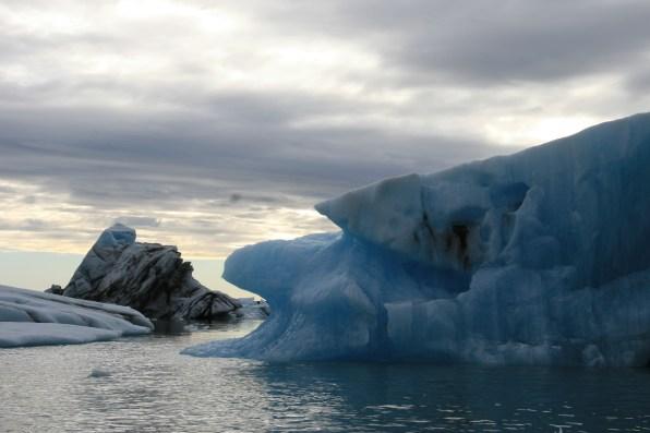 Icebergs bleus et noirs de Jökulsárlón, Islande, septembre 2012