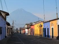 Majestueuse Antigua et le volcan El Agua, Guatemala