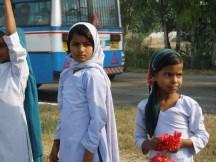 Des écolières distribuent des fleurs aux paysans sans terre de Janadesh