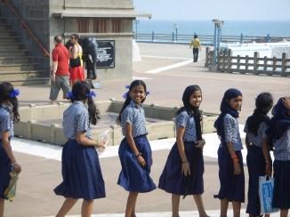 Uniformes bleu marine et petits nœuds : les écolières sont toujours tirées à 4 épingles. Ici à Kanyakumari, à la pointe sud de l'Inde